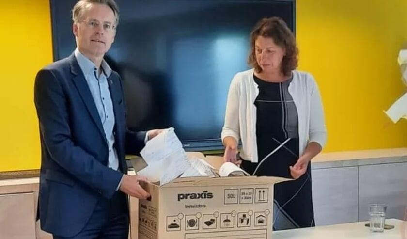 <p>Wethouder Robin Paalvast en directeur van De Goede Woning Mari&euml;tte Heemskerk nemen de handtekeningen in ontvangst.&nbsp;</p>