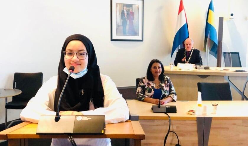 <p>Vmbo-leerlinge Farah Dehimi speelde voor een dag de Baas van de gemeente Rijswijk. Op de achtergrond wethouder Johanna Besteman en burgemeester Bas Verkerk</p>