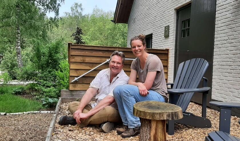 <p>Chris en Vera Schwagermann &nbsp;voor het verblijf The Suite, onderdeel van Bed and Breakfast Inn the Woods in Overberg. (Foto: PR).</p>