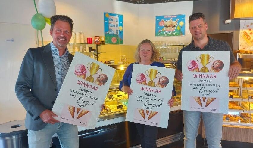 <p>Christiaan (rechts) en Gerlinda tonen trots de bevestiging van hun goed werk: Lorkeers maakt het beste banketbakkersijs van Overijssel!</p>