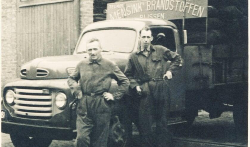 <p>RIJSSEN - De kolenboeren voor een volgeladen vrachtwagen, gereed om de klanten te bevoorraden. Van links naar rechts Marinus Mensink en Jan Schuurman.&nbsp;</p>
