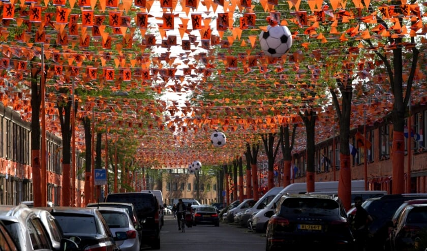 <p>Archiefbeeld - Marktweg aanbreng van EK-Voetbal oranje in de straat. &nbsp;Foto Jos V Leeuwen / PH-ORANJE.</p>