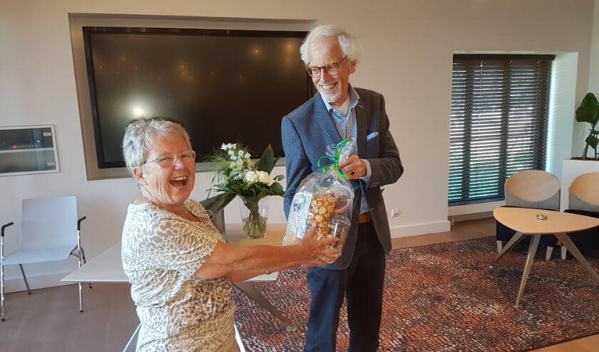 <p>Matty Moggré, de voorzitter van Herderewich, overhandigt auteur Govert van der Boom een cadeau.</p>