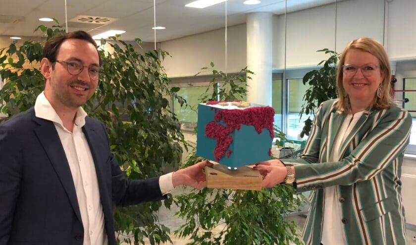 <p>Fleur Imming (directeur-bestuurder UWOON) neemt duurzaamheidsprijs in ontvangst.</p>