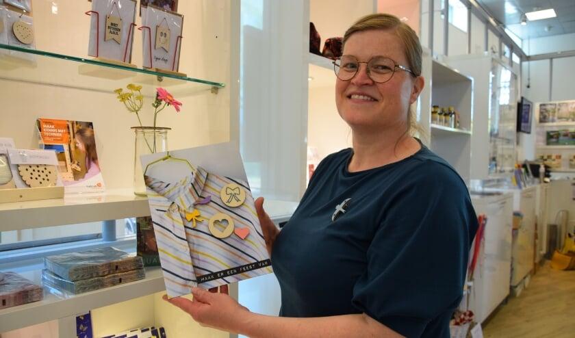 <p>Liza Veenendaal in de vernieuwde Stadswinkel.</p>