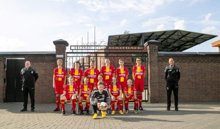 <p>Het G-team van Go Ahead Eagles poseert trots voor de poorten van De Adelaarshorst. (Foto: Erik Pasman)</p>