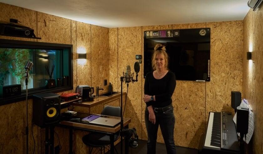 <p>Elise Zijlstra vol trots in haar nieuwe zangstudio in Het Zangparadijs in Haaften.</p>