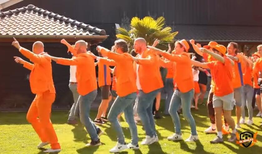 De Oranjes lopen (na zelftest) alvast de polonaise