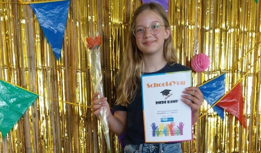 <p>Diede Kamp ontvangt haar S4Y-diploma.</p>