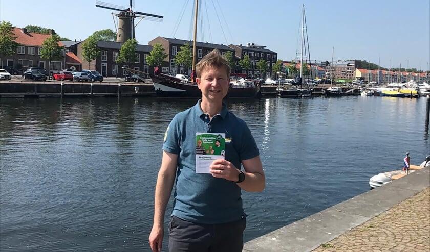 <p>Jan-Willem Hoogeweegen, Oprichter A&amp;A Thuishulp met de folder van A&amp;A Thuishulp</p>