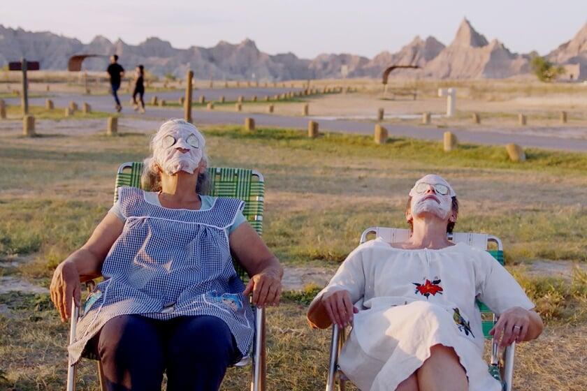 <p>Linda May en Frances McDormand in de film Nomadland.</p>