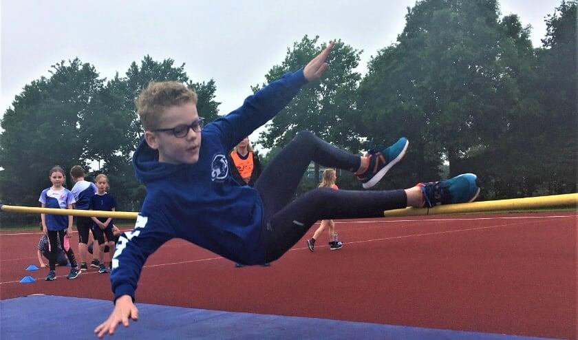 <p>Sam Vasen wint het hoogspringen bij de C-pupillen.</p>