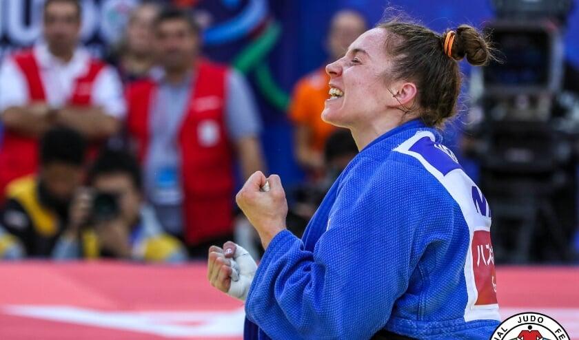 <p>E&eacute;n van de vele hoogtepunten: Marhinde wint brons op het WK 2018. (Foto: International Judo Federation/Gabriela Sabau)</p>