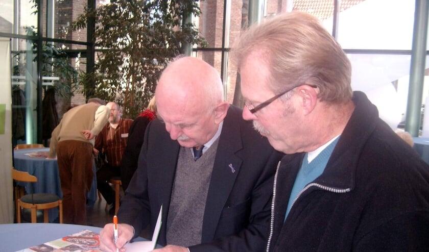 <p>Anne van der Meiden signeert de &#39;Twentse Biebel&#39; bij de presentatie in de Waterstaatskerk in Hengelo (2009). Een mega vertaalklus, die hij op ongekende wijze volbracht.</p>