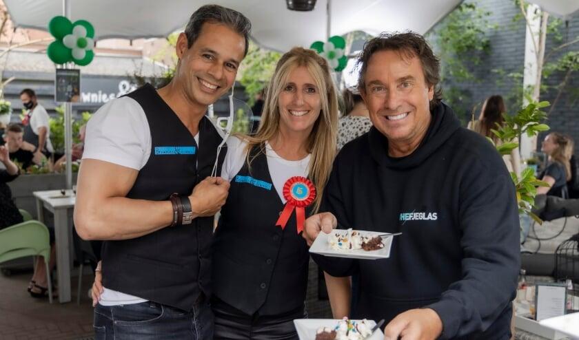 <p>Marco Borsato stak afgelopen zaterdag ook de handen uit de mouwen tijdens het feestje ter ere van het vijfjarig bestaan van Brownies&downieS</p>