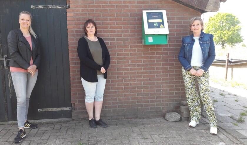 <p>Buurtbewoners Hellen Schurink en Nelly Kers met wethouder Lia de Waard.&nbsp;&nbsp;</p>