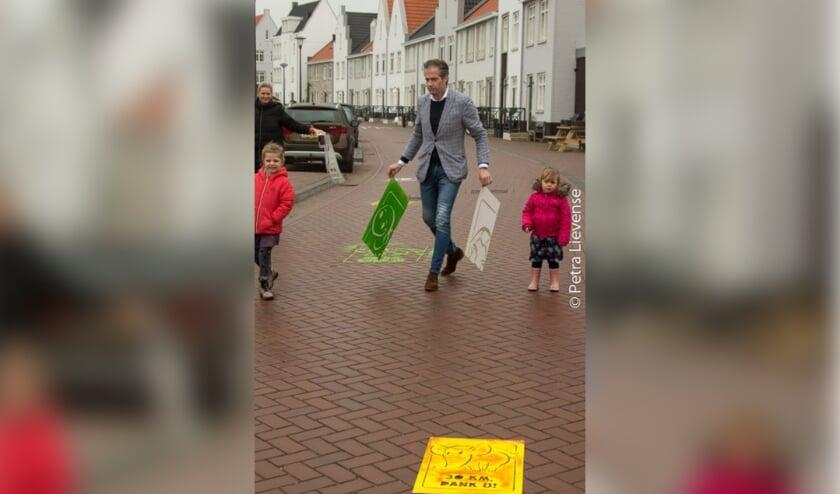 <p>Wethouder Jeroen de Jong in actie voor verkeersveiligheid in Harderwijk.</p>