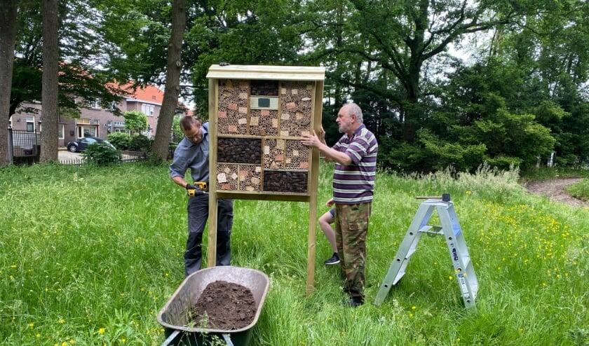 Jacob Lubbers en Nico van Ginkel plaatsen het insecten hotel.